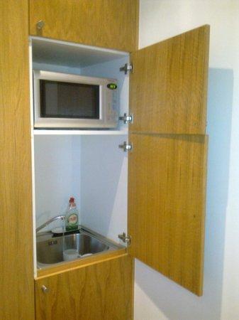 Studios2Let Serviced Apartments - Cartwright Gardens:                   Designer kitchen - dreadful!