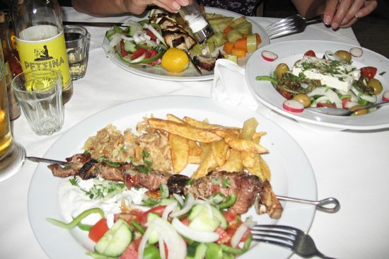 Taverna Kabos Cavos:                   Souvlaki+Greek salad