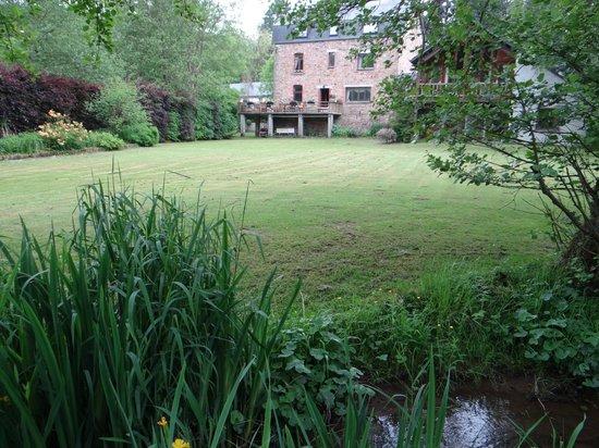 La Maison de l'Eveil : Jardin depuis le ruisseau
