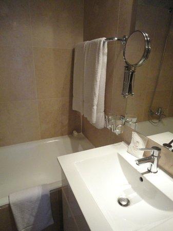 Hotel Diplomate:                   Bathroom again...