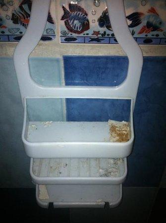 Hostel Heike :                   dirty racks in bathrooms