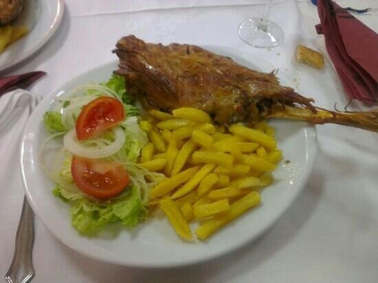 Asador Riegu:                   Pierna de cordero con ensalada y patatas fritaa