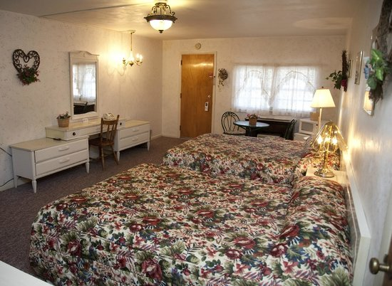 Simmons Motel and Suites: Guest room
