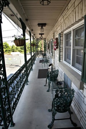 Simmons Motel and Suites: Balcony for top rooms