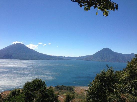 Lake Atitlan:                   Lago y dos volcanes