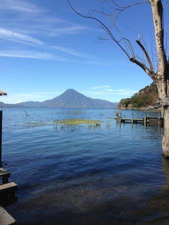 Lago de Atitlán:                   Lago y volcan