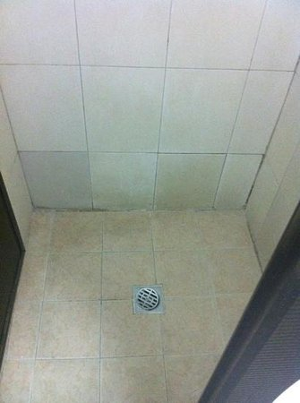 Hotel Discovery:                   verry dirty. todo sucio. :-(