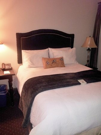 Camas Hotel:                   The queen bed