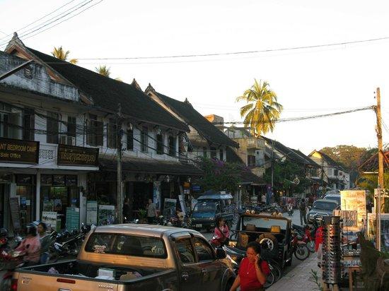 Luang Prabang Bakery Guesthouse: vue de la rue