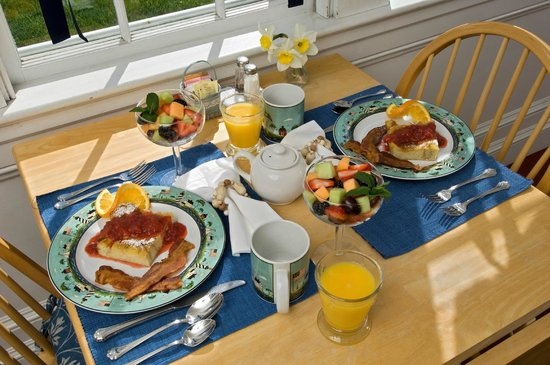 Carriage House Inn: Breakfast on the Sun Porch