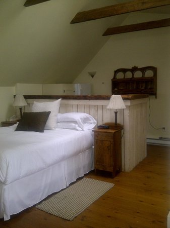 Oceanstone Resort:                                     cozy bed and kitchenette