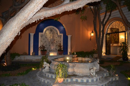 La Mision de Fray Diego :                   Front courtyard by night