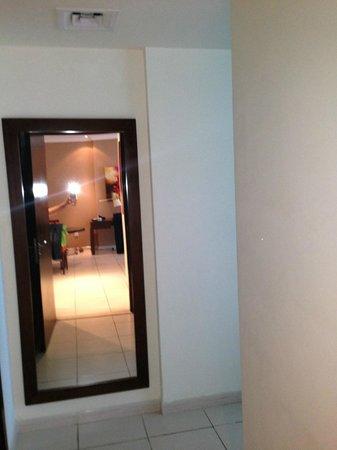 Abidos Hotel Apartment - Al Barsha:                   Ростовое зеркало