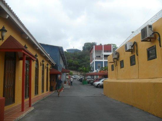 The Ritz Village Hotel:                   estacionamiento