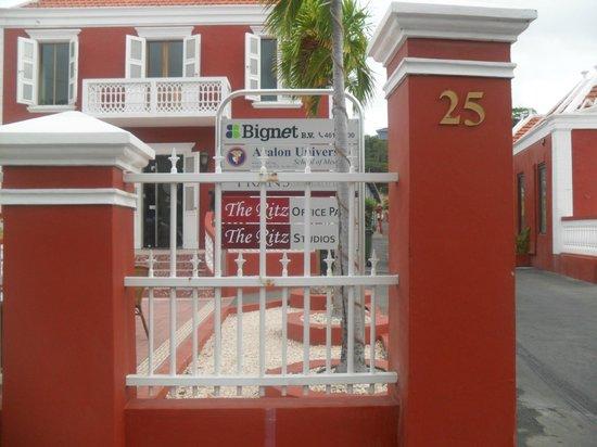 The Ritz Village Hotel:                   la entrada