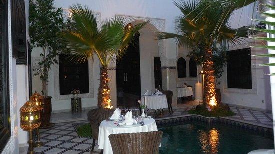 Le Riad Monceau: Quelques tables autour du bassin, le coeur du Riad..