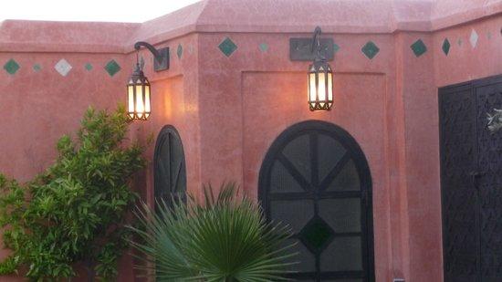 Le Riad Monceau: Coin éclairé de la terrasse le soir.