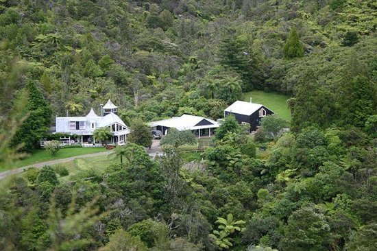 Wairua Lodge - The Hidden River Valley: The Lodge-Nestled on a sunny hidden river valley