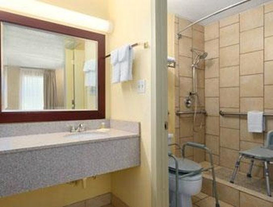 Days Inn Brunswick/St. Simons Area: Accessible Bathroom