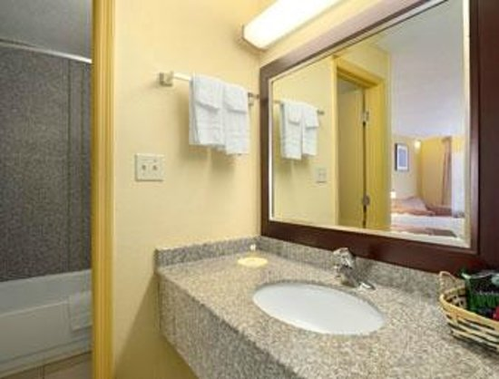 Days Inn Brunswick/St. Simons Area : Bathroom