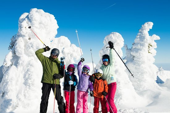 Mission Ridge Ski and Board Resort : Family enjoying sun and snow ghosts