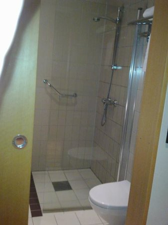 Scandic Holmenkollen Park:                   bathroom                 