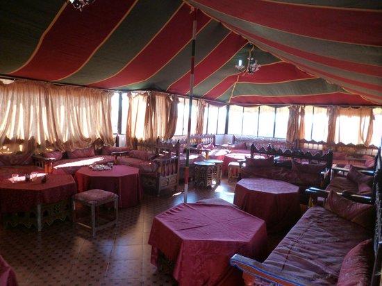 Moroccan House Hotel:                   colazione sotto al tendone in terrazza