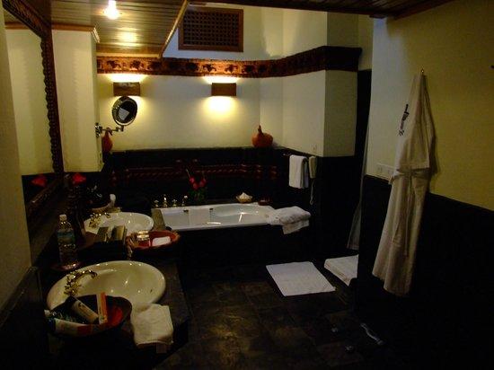 Dwarika's Hotel:                   salle de bain imposante