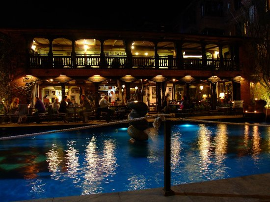 Dwarika's Hotel:                   soirée barbecue au bord de la piscine