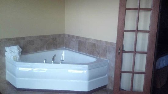 Arbuckle Lodge Gillette:                   Jetted corner tub in the whirpool suite
