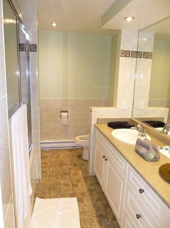 Sunshine Coast Resort Hotel & Marina :                   Large Bathroom