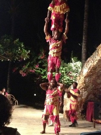 Palumboreef Beach Resort:                                     Serata con gli acrobati