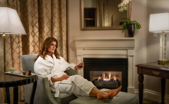 Magnolia Hotel And Spa: Relaxing by the fire in a Diamond Level Room