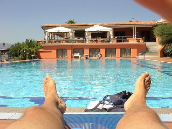 Hotel Club Saraceno :                   Bordo piscina ora di pranzo