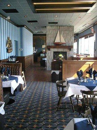 Savoury Bight Seaside Restaurant & Pub: Dinning room & pub view