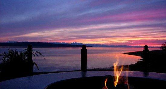 Savoury Bight Seaside Restaurant & Pub: Sunset view from waterfront patio