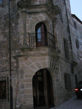 Palacio Chaves Hotel:                   Acceso al hotel