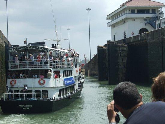 Canal de Panamá:                   Inside one of the locks.