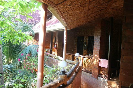 Alona Tropical Beach Resort: taras