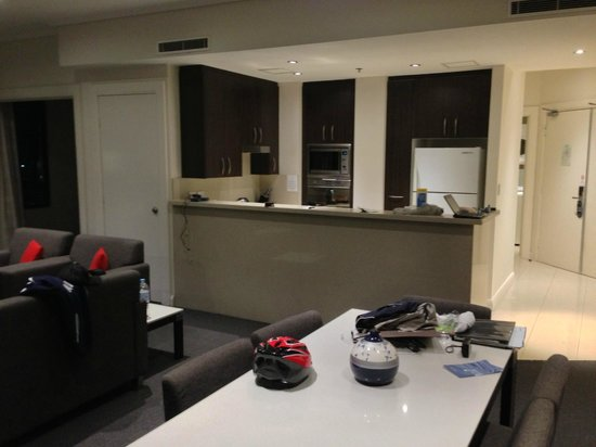 Meriton Serviced Apartments Pitt Street:                   Dining/Kitchen