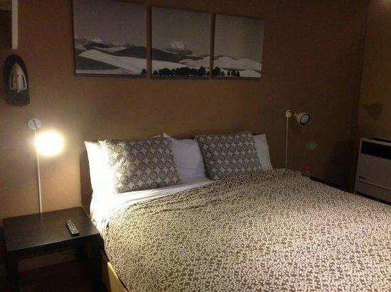 Highland Inn: King Room:  Bed & Decor