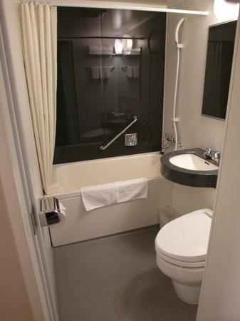 Hotel MyStays Kyoto Shijo:                   雙腳可申直,深度又很夠的浴缸。身高約160