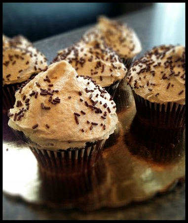 Brio's Pizzeria & Restaurant: Chocolate Cupcakes w/ Peanut Butter Frosting