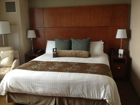Omni San Diego Hotel: Bed in Room 1518 w/ side char & night stands.  Window w/ view of San Diego is to the left.