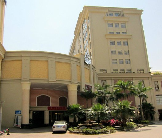 Pu'er King Land Hotel: Must enter through a small shopping center
