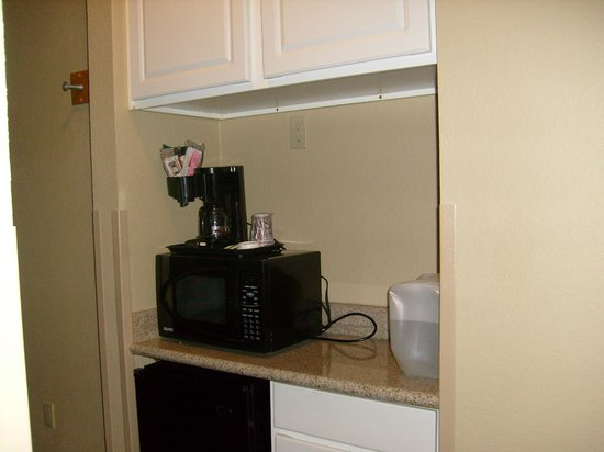 Comfort Inn & Suites Burnet:                   Las habitaciones estan equipadas con microondas, cafetera y nevera