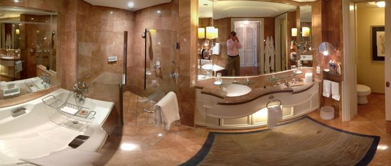 Four Seasons Hotel Singapore: Huge bathroom