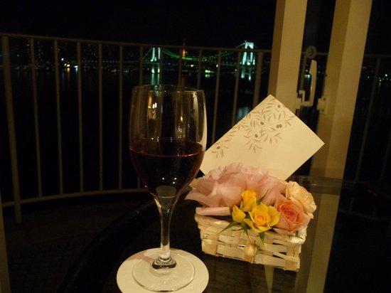 Hilton Tokyo Odaiba:                   記念日にはお花とメッセージカード
