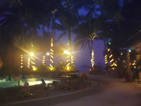 Microtel Inn & Suites by Wyndham Boracay:                   night view of the pool