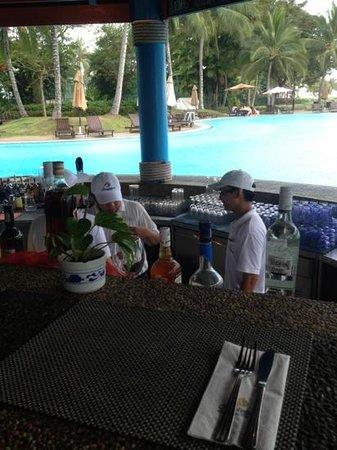 สุทีรา ฮาร์เบอร์ รีสอร์ท: the gorgeous staff at the pool bar!